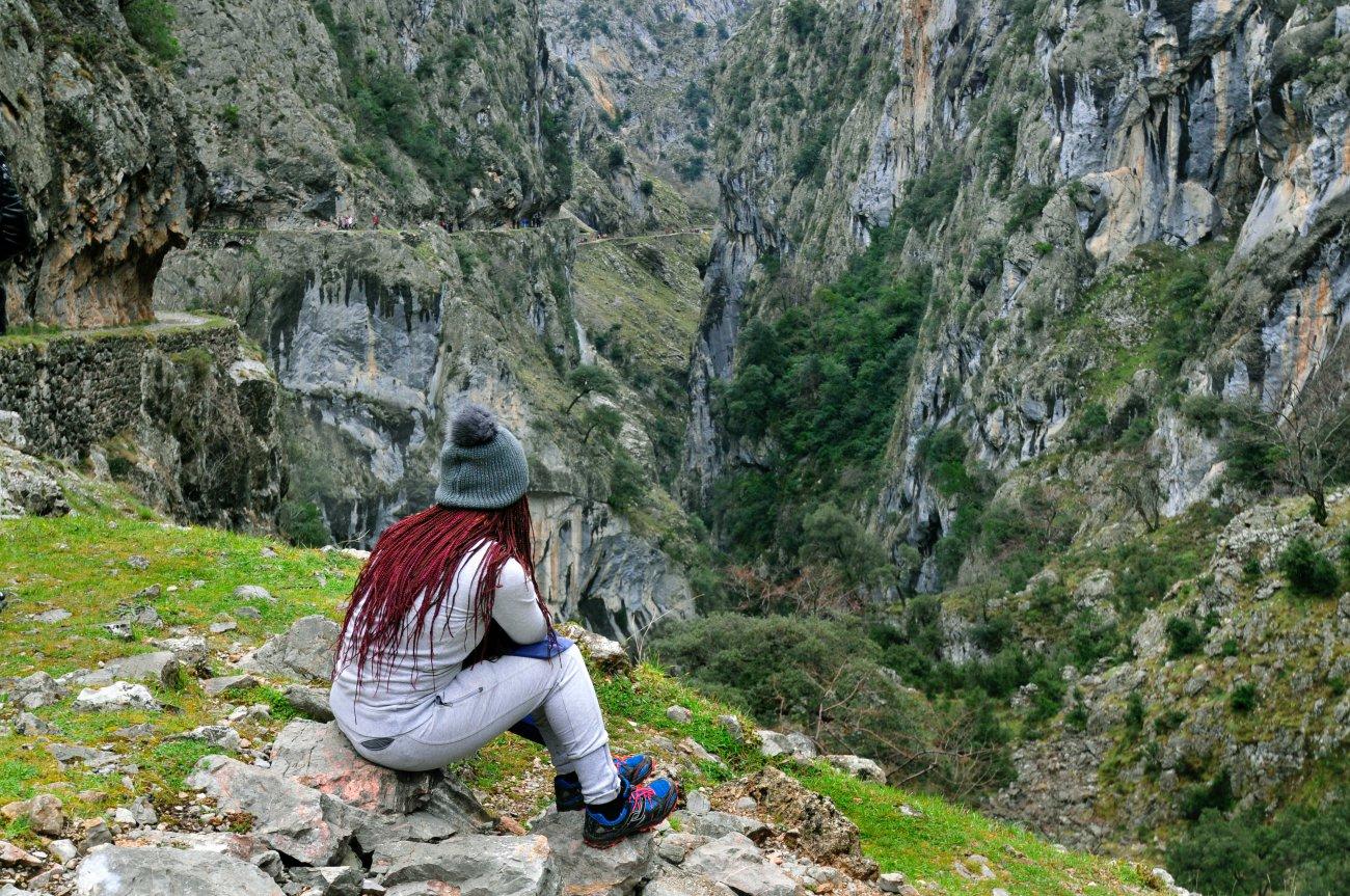 Parque Nacional Picos de Europa: Senda Cares (chica observando las vistas)