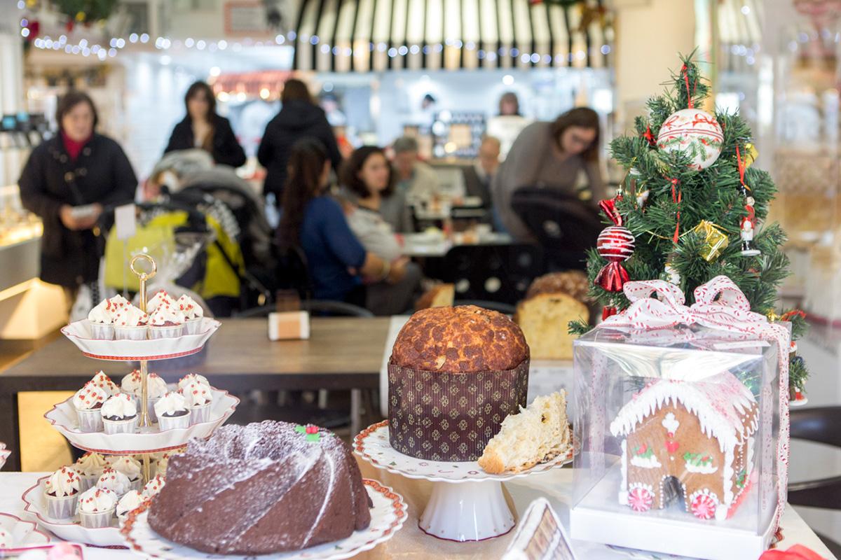 Panettone de chocolate en el escaparate de la pastelería Escribà