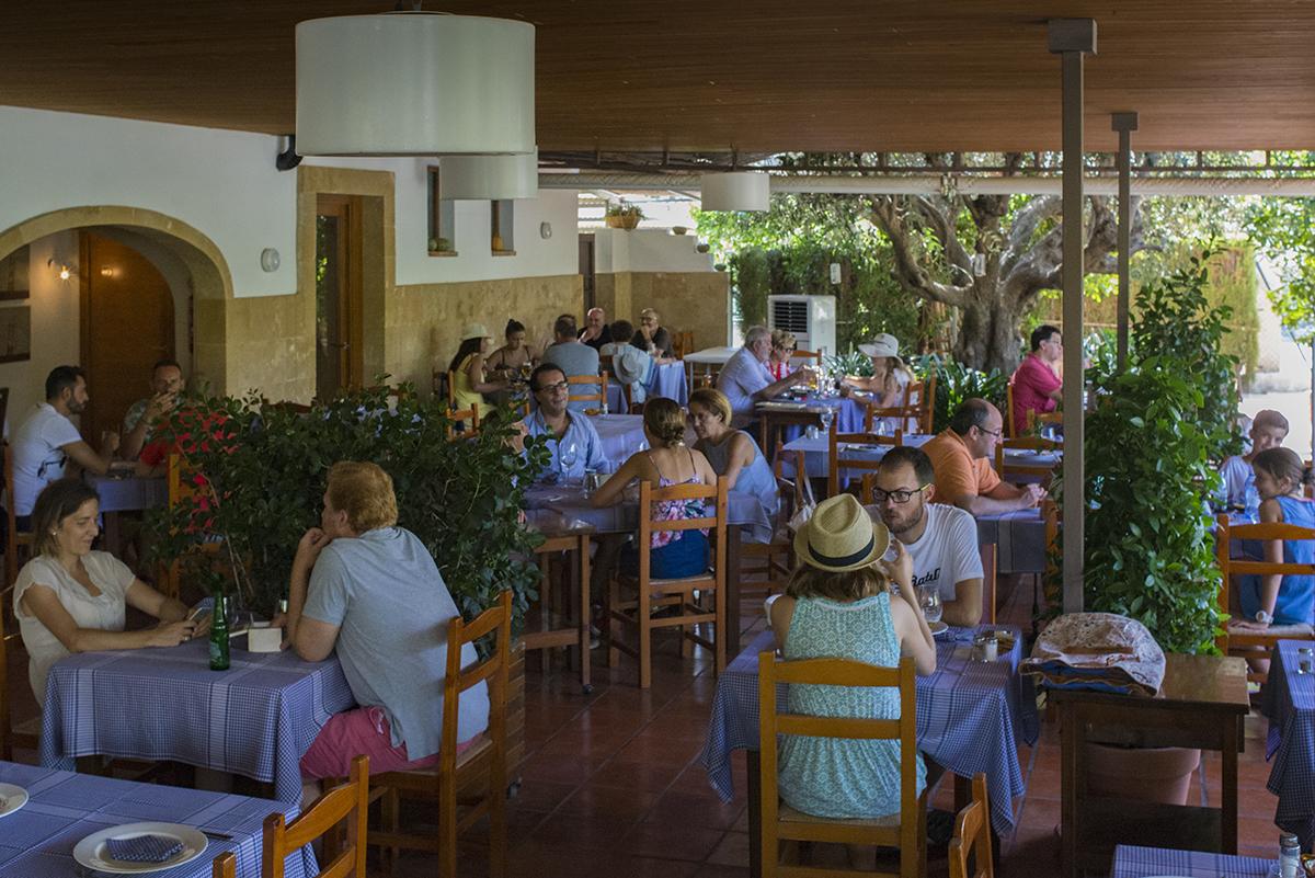 'La Cantina' ha pasado de ser un barecito de pescadores a la meca del buen comer de Jávea. Foto: Retratería.