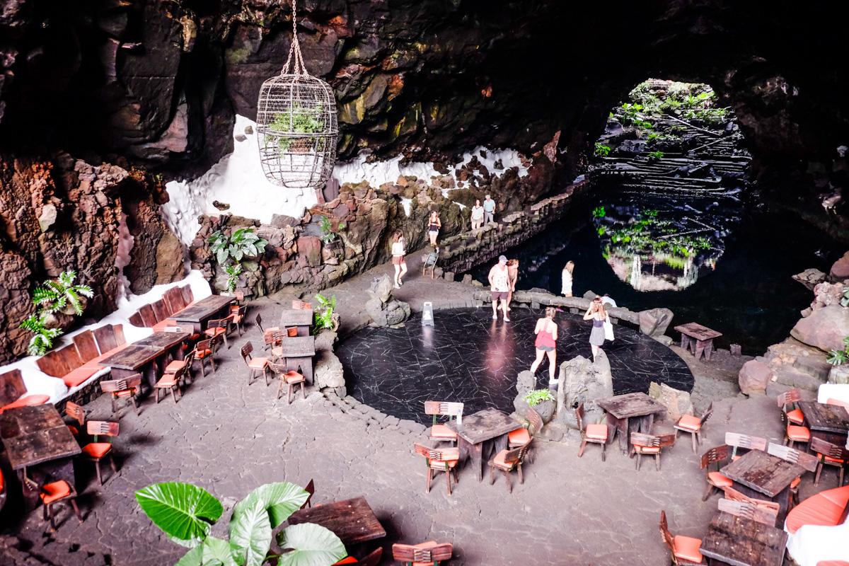 En los Jameos del Agua destaca un tubo volcánico con lago incluido.