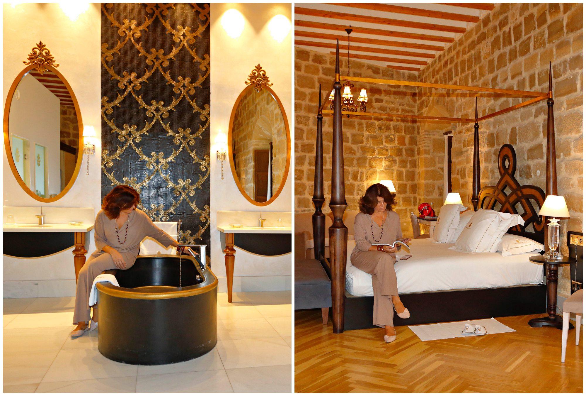 La bañera negra está hecha con una resina especial. A la dcha, una de las estancias con cama de dosel.