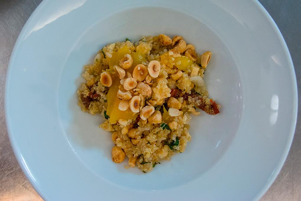 El chef no deja de probar nuevos platos para sorprender al cliente. En la imagen, la ensalada de quinoa.