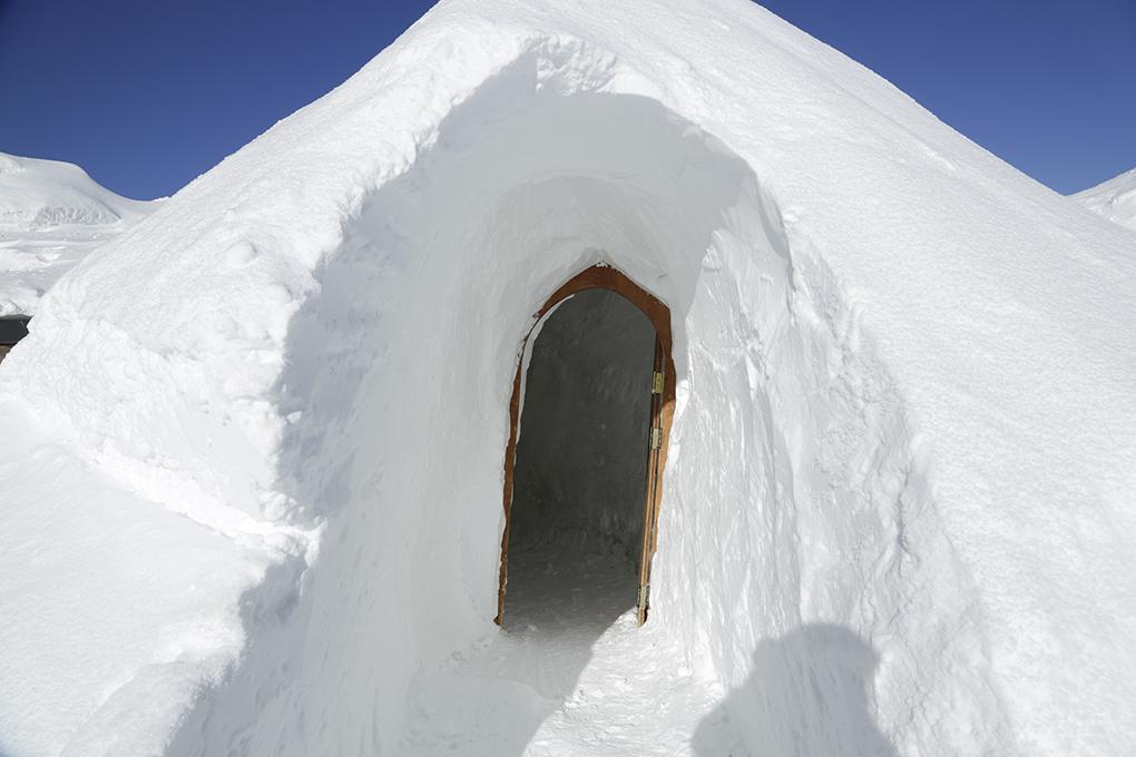 Entrada a una habitación de un hotel iglú.