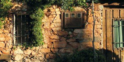 Fachada de piedra en Patones de Arriba.