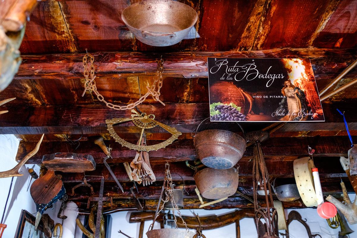 El techo de la bodega de Felicita, decorada con herramientas antiguas.