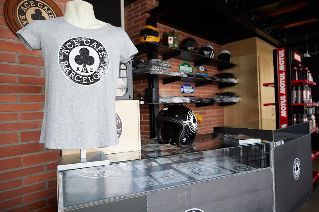 Tienda de merchandising dentro del bar.