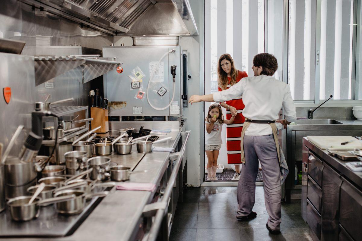 La familia del chef Javier Olleros visitando la cocina del restaurante 'Culler de Pau', en O Grove, Pontevedra.