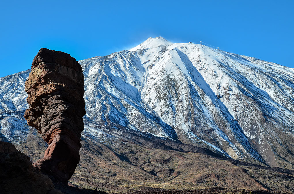 El Roque Cinchado y, al fondo, el Teide nevado, ambos en el Parque Nacional del Teide.