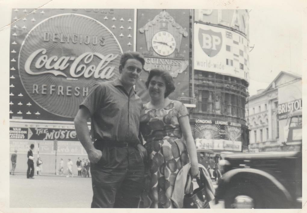 Zapirain con su mujer en los años sesenta, Londres. Foto: Cedida.