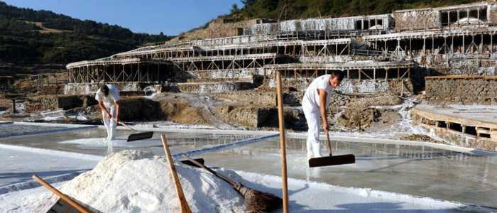 Recogida de sal en Añana.