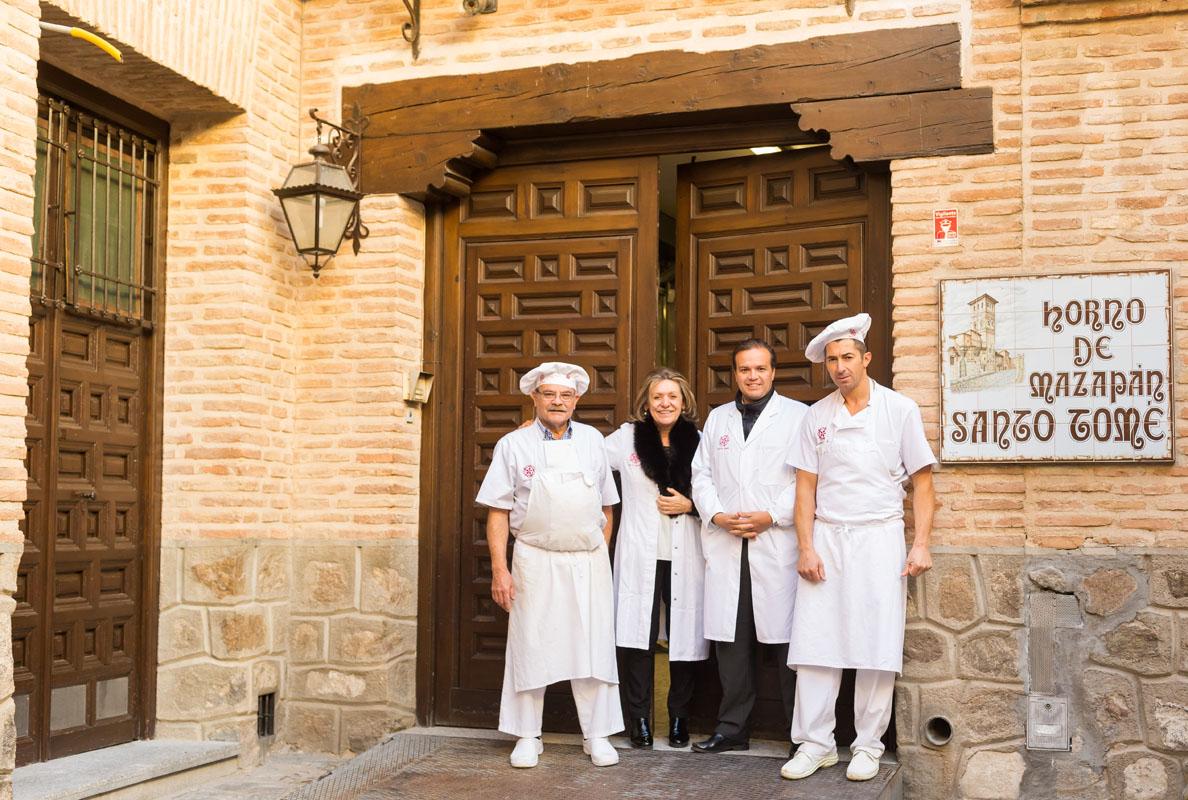 Antonio Aranda, Inés Gárate, Constantino Alhambra y Jero De Mesa frente a la puerta del obrador.