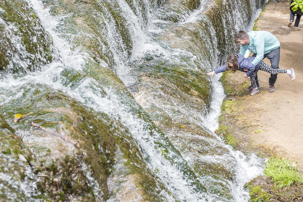Nadie se resiste a tocar el agua que cae de Los Fresnos.