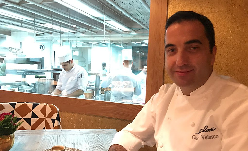 Óscar Velasco junto a la cocina de 'Santceloni'.
