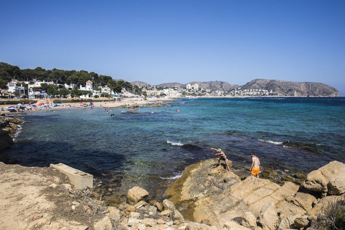 La playa cercana a 'El Chamizo' consta de dos calas pequeñas donde se alterna roca con arena fina.