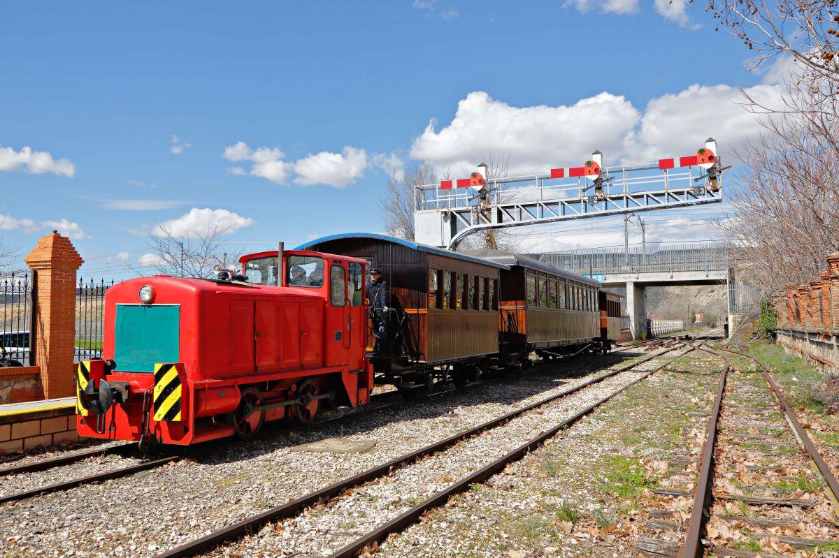 El ferrocarril llegando a la estación de La Poveda.