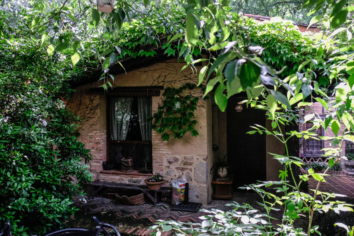 La vegetación envuelve la entrada de la 'Casa de Abajo'.