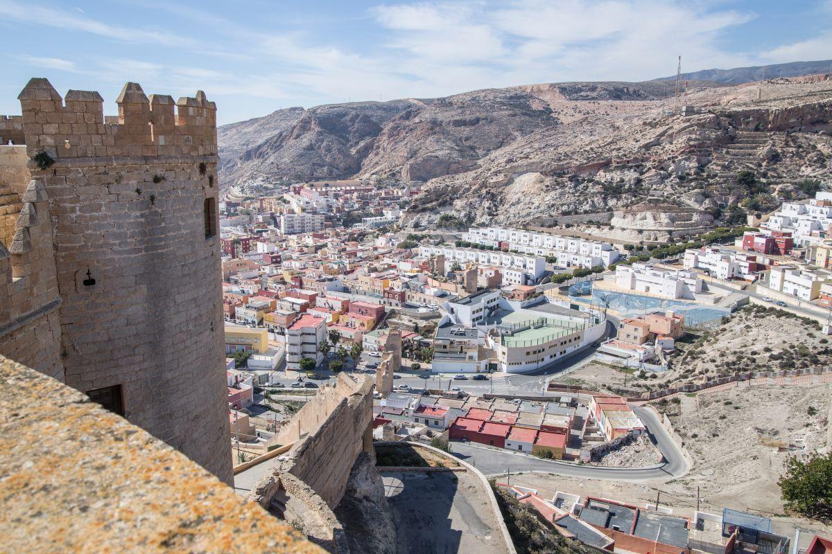 Vista de una de las torres de La Alcazaba, en Almería.
