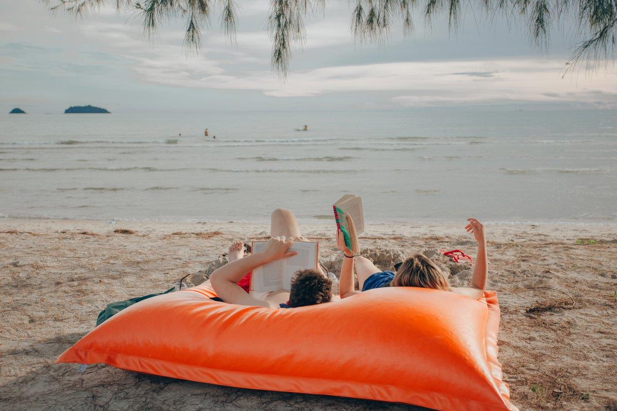 Lleva siempre un libro en tu maleta para viajar también con la mente. Foto: Shutterstock.