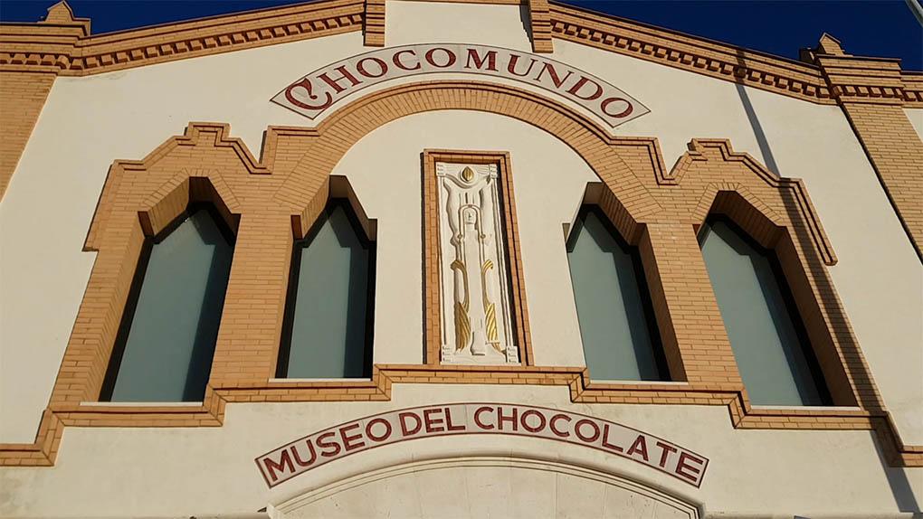 Atravesar la fachada principal de Chocomundo supone un viaje a los orígenes de este oscuro y dulce manjar.