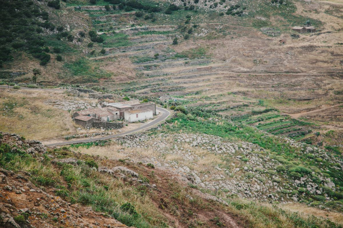 Vista de una paisaje con las huertas abandonadas en el parque rural Teno, en Tenerife.