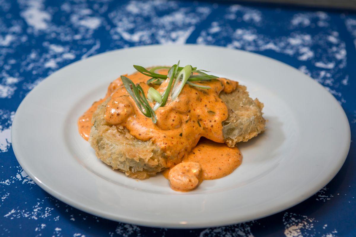 Los famosos tomates verdes fritos con salsa 'remoulade' y gambas.