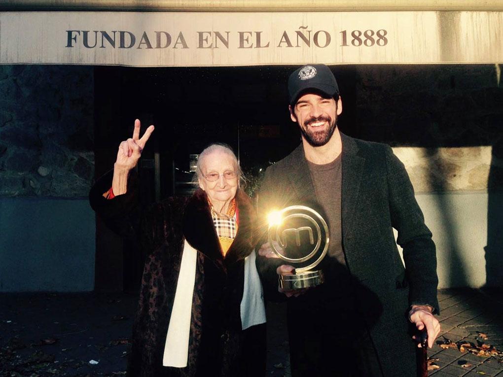 """Miguel Ángel Muñoz junto a su 'Tata', frente a 'Casa Mingo', a disfrutar del """"mejor pollo de Madrid"""". Foto: Miguel Ángel Muñoz."""
