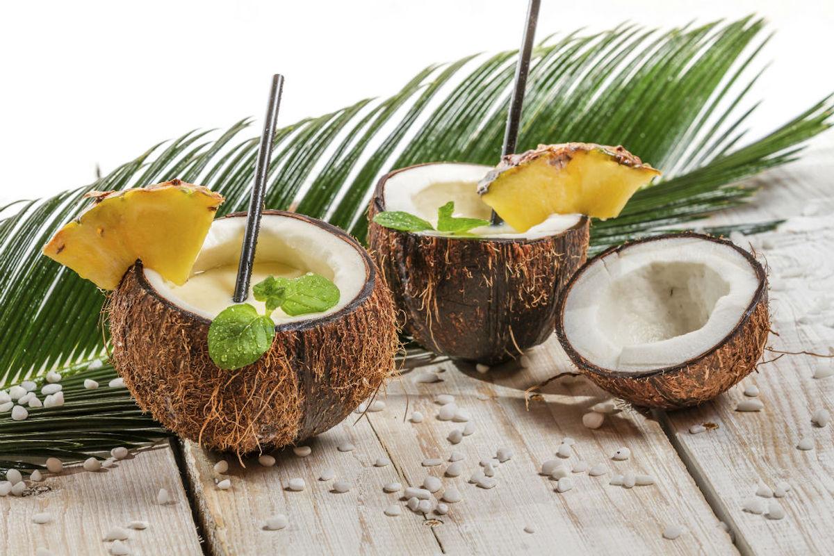 Sorprende a tus invitados sirviendo la piña colada en un coco.