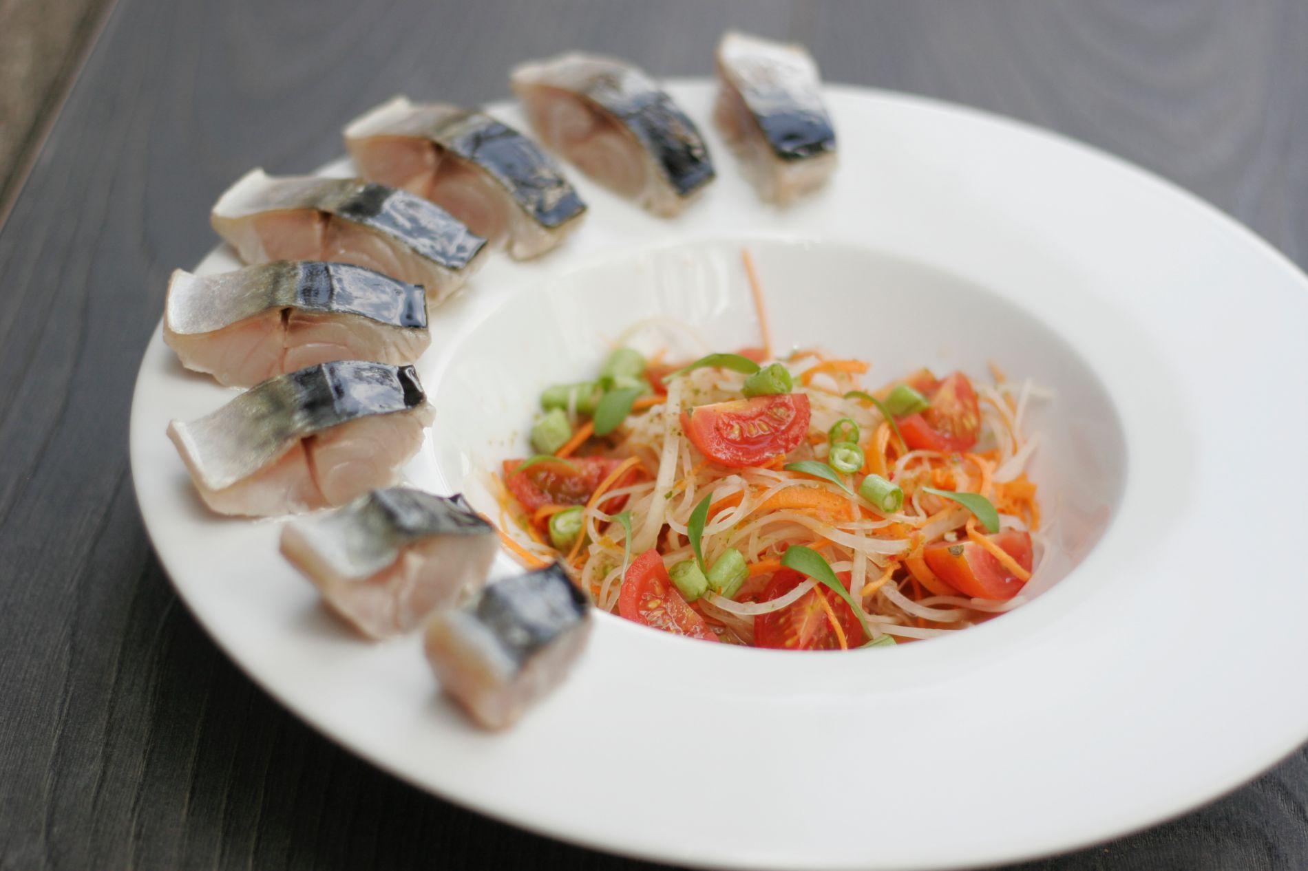 La ensalada 'thai' con caballa curada es perfecta para compartir. Foto: Fizz.