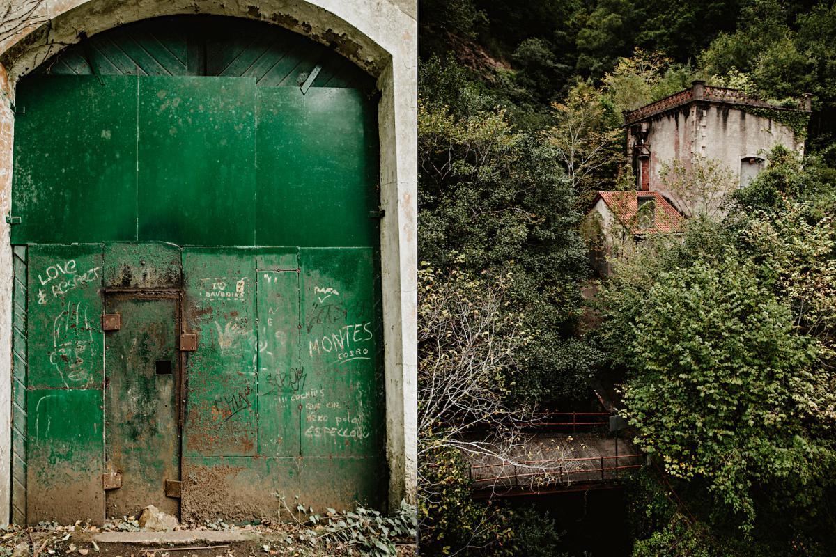 Una central hidroeléctrica abandonada y comida por la vegetación en A Capela.