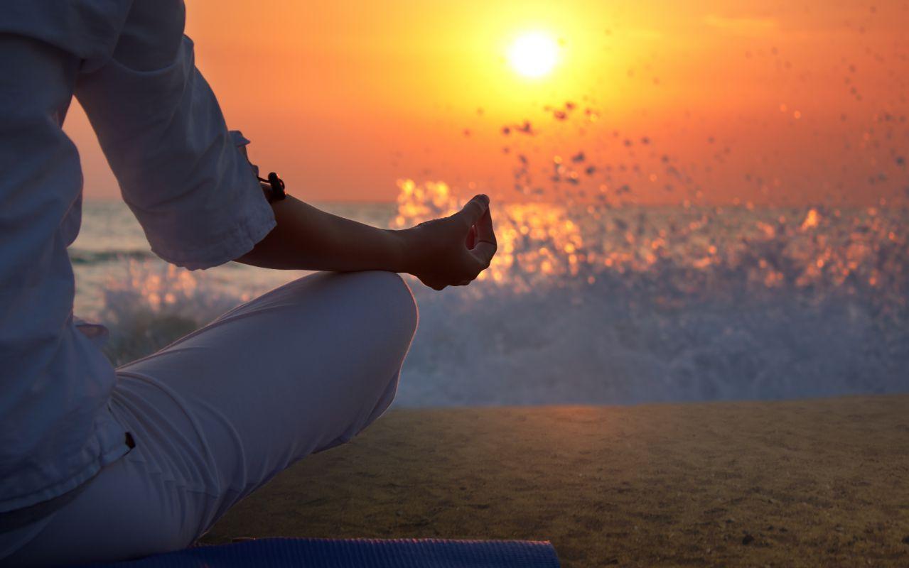 Meditando en la playa.