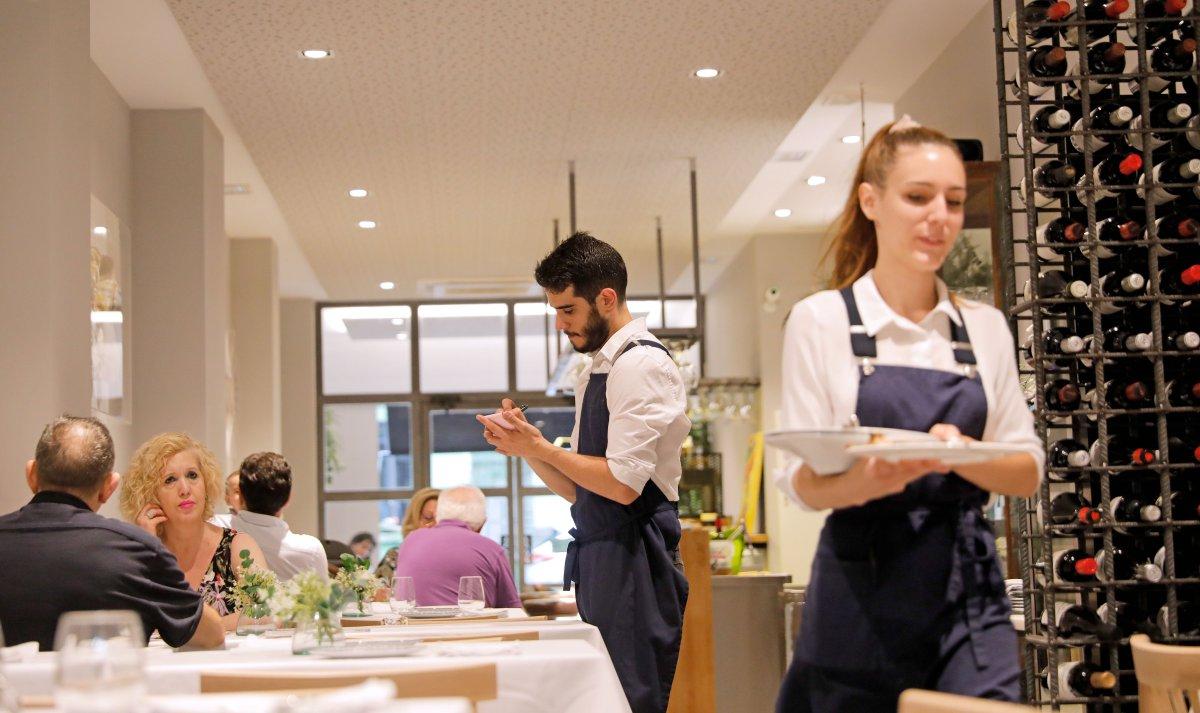 El restaurante se divide en dos ambientes, el formal y el informal, del mismo modo que la oferta gastronómica.