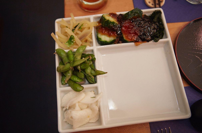 El tsukemono o cuatro tipos de encurtidos japoneses que acompañarán a la carne en el restaurante pop up del chef Olabegoya en Poble Sec (Barcelona).