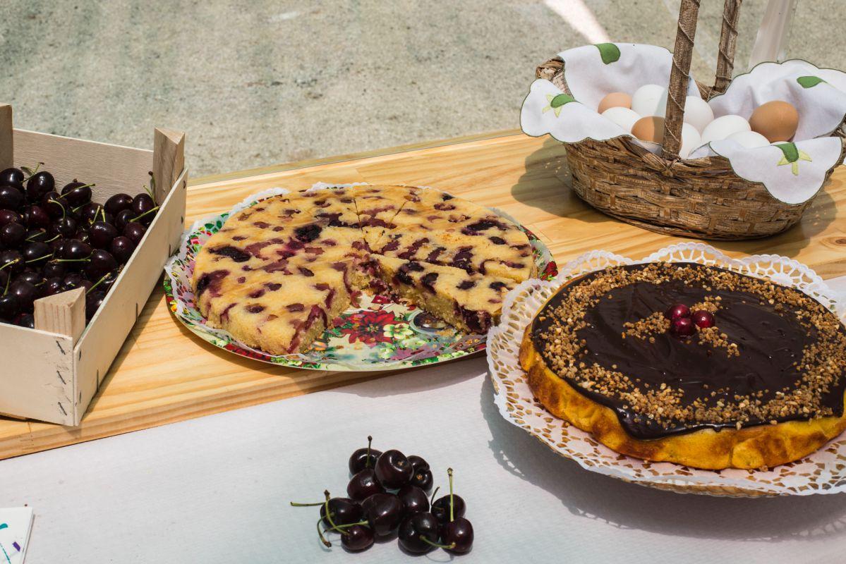 Productos locales en un puesto durante la Fiesta de la Cereza en La Carroja, en Valle de la Gallinera, Valencia.
