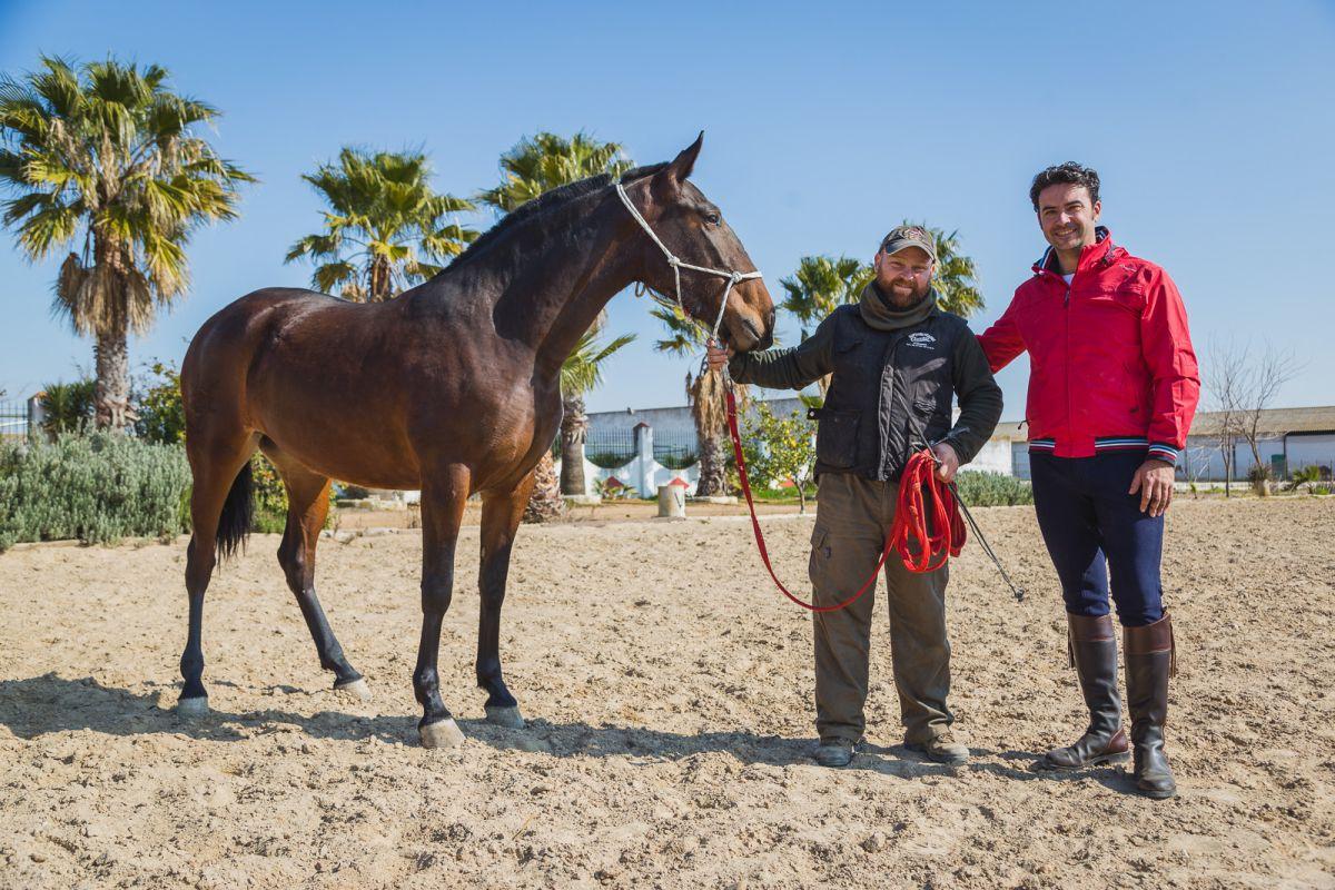 Wachuma y su orgulloso criador, Antonio Gálvez, posan junto a Diego.