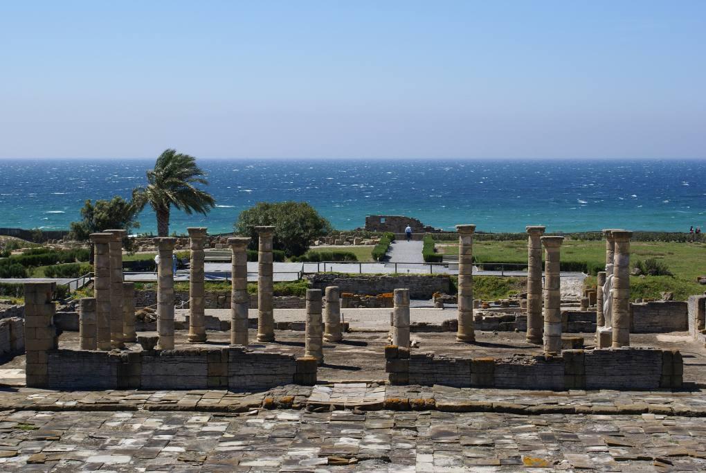 Las ruinas romanas de Baelo Claudia junto a la playa de Bolonia. Foto: Andy R (con Creative Commons).