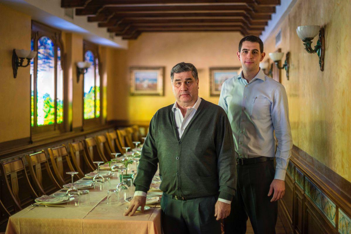 Padre e hijo en el salón del restaurante.