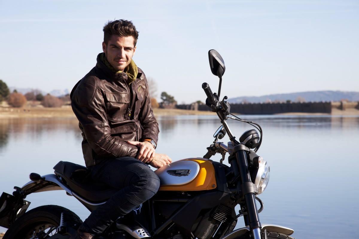 Maxi Iglesias en moto
