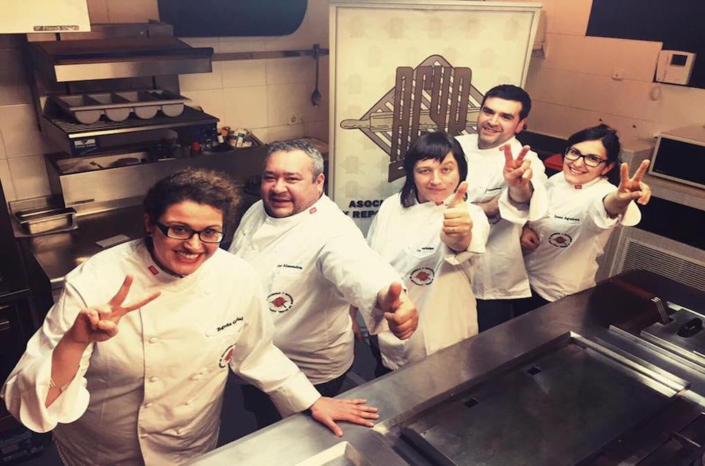 Rebeca Hernández (en el centro) junto a parte de su equipo. Foto: Facebook La Berenjena.