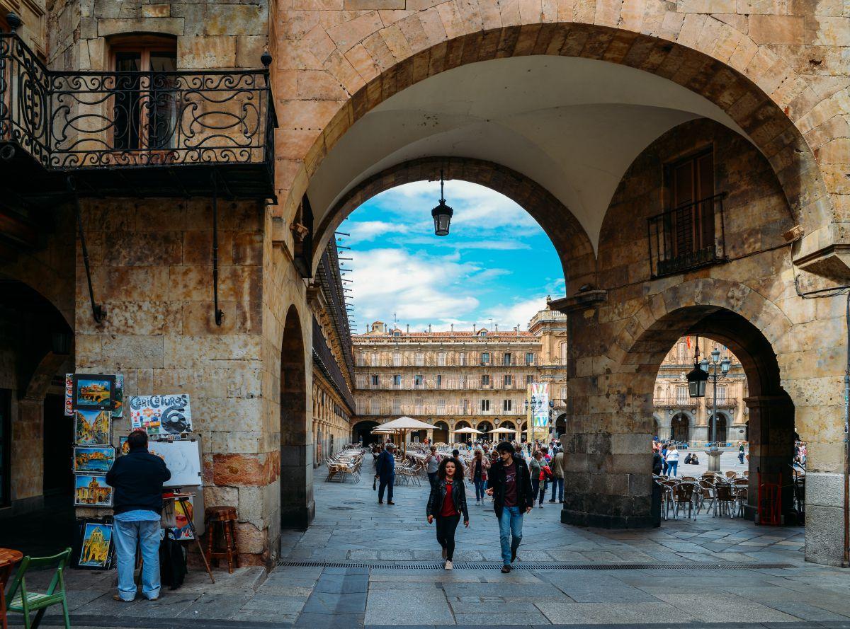 Arco de entrada a la Plaza Mayor de Salamanca. Foto: Shutterstock.
