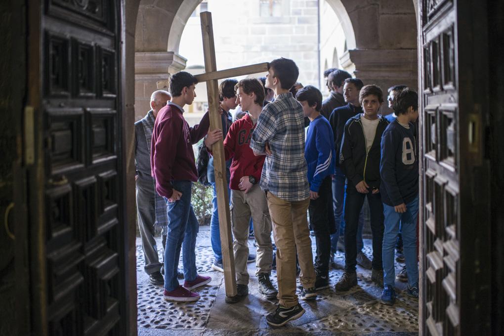 Un grupo de adolescentes en peregrinación y visita histórica antes de la apertura del Año Santo.