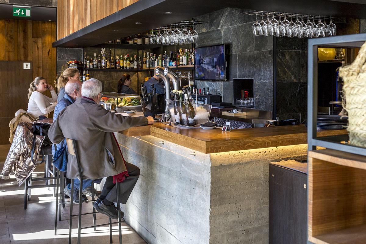 La barra, ideal para comenzar con un buen vino y un aperitivo.