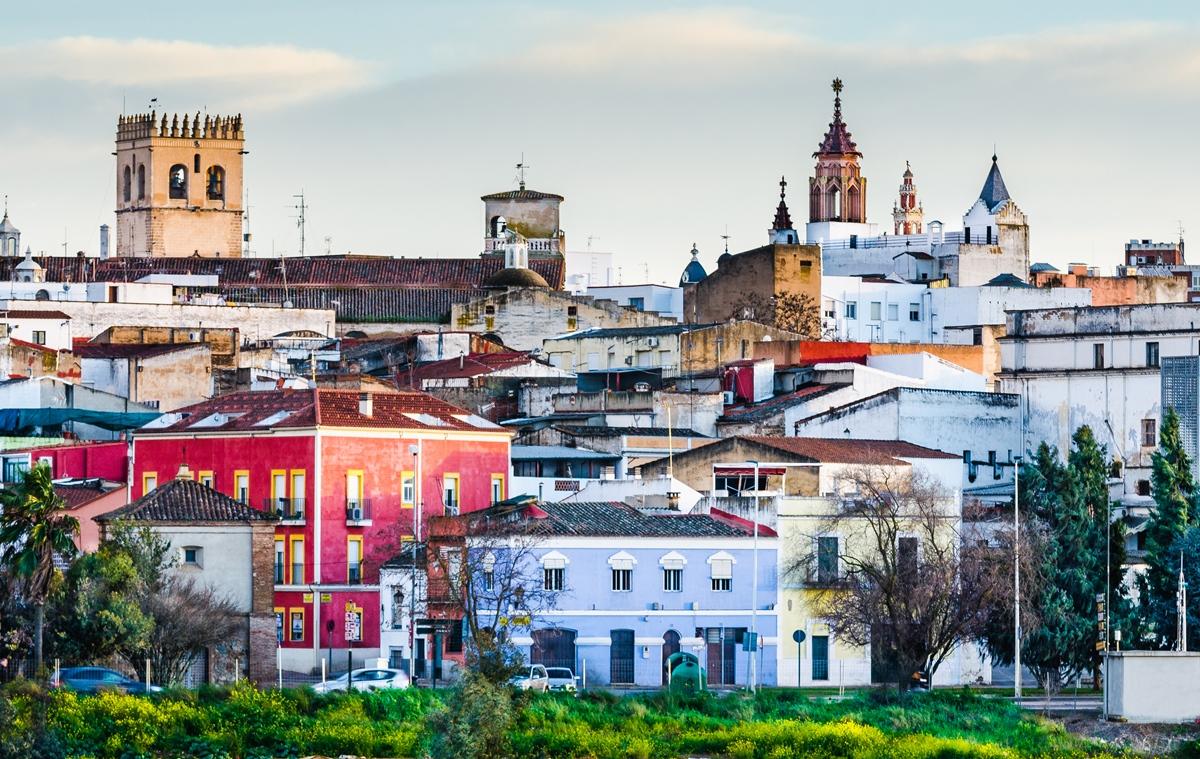 Las Casas Coloradas y la catedral, dos de las insignias de Badajoz. Foto: Shutterstock