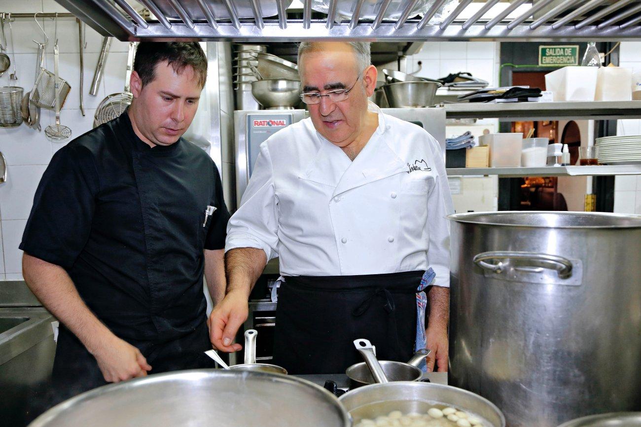Abraham García cocinando con su mano derecha en 'Viridiana'