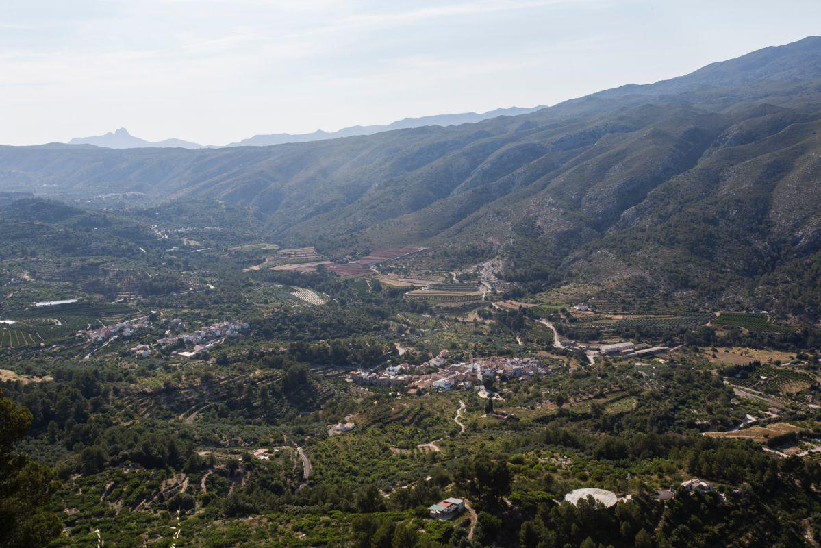 Vista del valle de la Gallinera, en Valencia, con la peña Foradada al fondo.