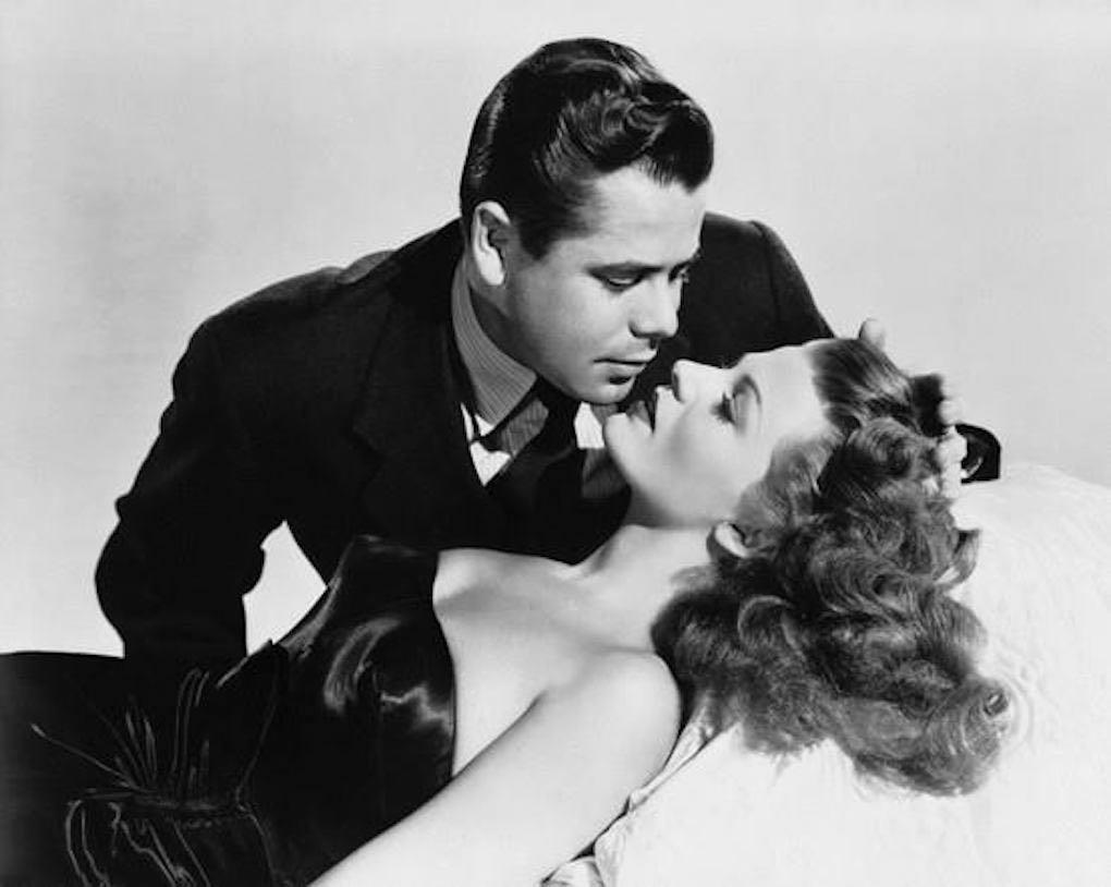 Glenn Ford y Rita Hayworth en Gilda beben vermut con whisky. Foto: Morro Fi.