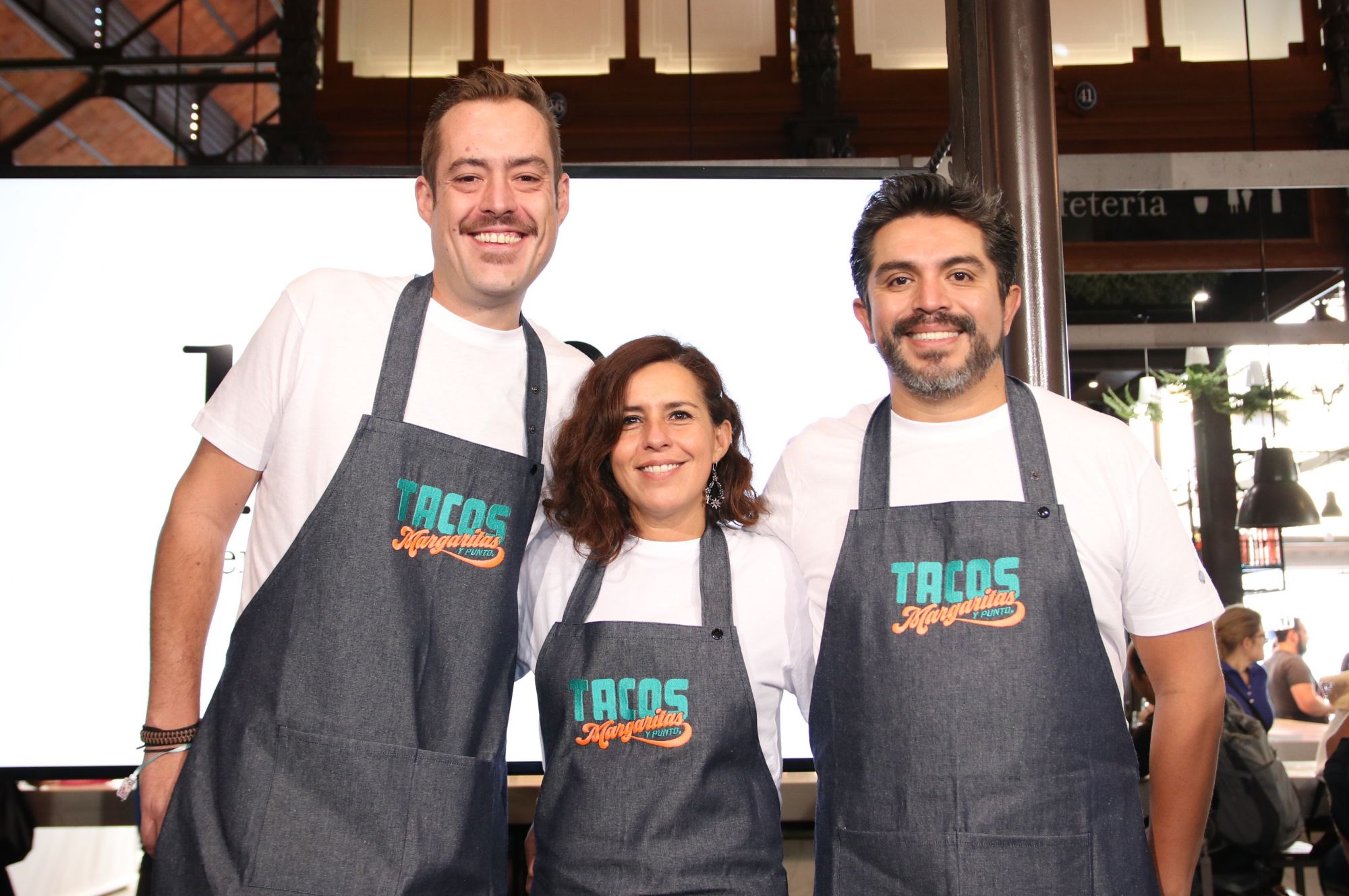 Roberto Ruiz, junto a su equipo, acerca la taquería popular al público del mercado. Foto: Tacos, Margaritas y Punto.