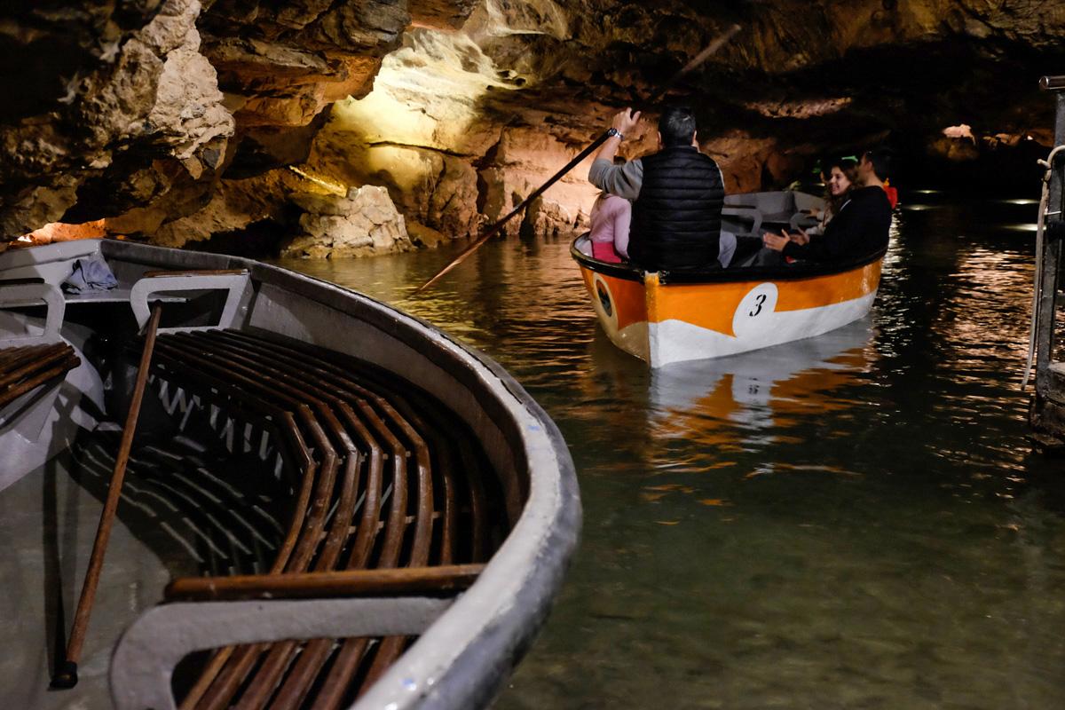 Saliendo del embarcadero de las cuevas, preparados para la aventura.