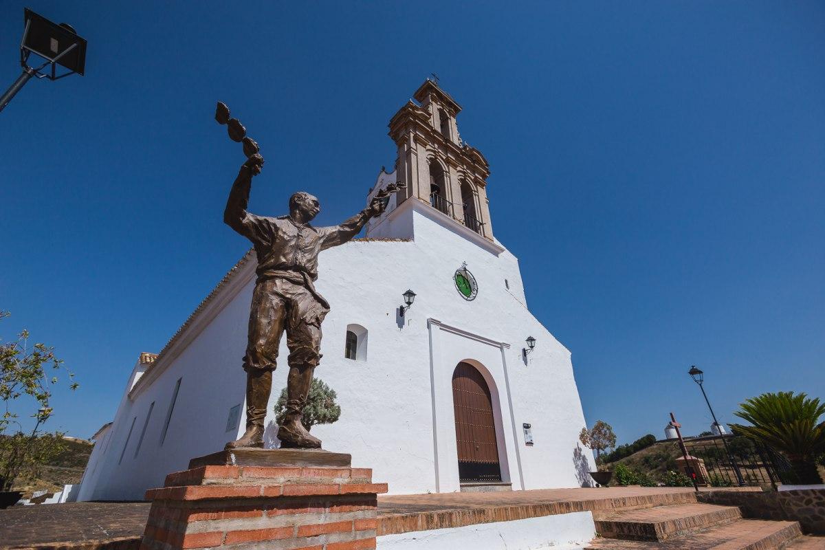 Ante la Iglesia de Santa María de las Flores en Sanlúcar de Guadiana, el monumento a la tradicional Danza de las Flores.