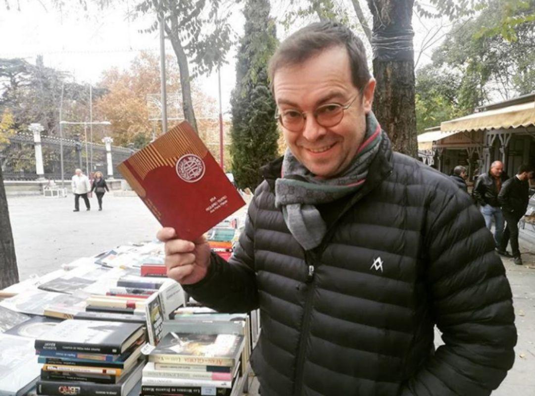 Buscando pequeñas joyas en el mercado de libros de la Cuesta de Moyano, Madrid. Foto: Facebook.