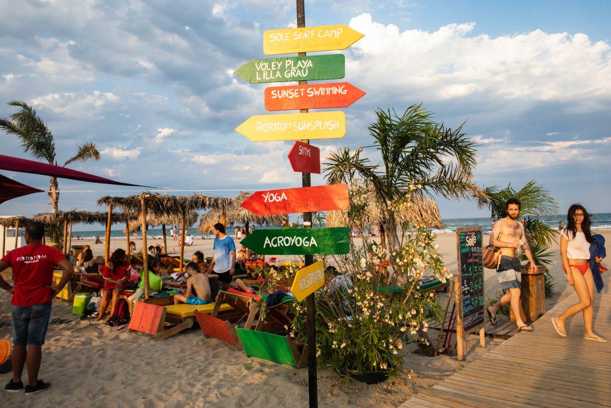 Hay clases de acroyoga, equilibrio, 'slackline', voley playa, cometas, concurso de castillos de arena...